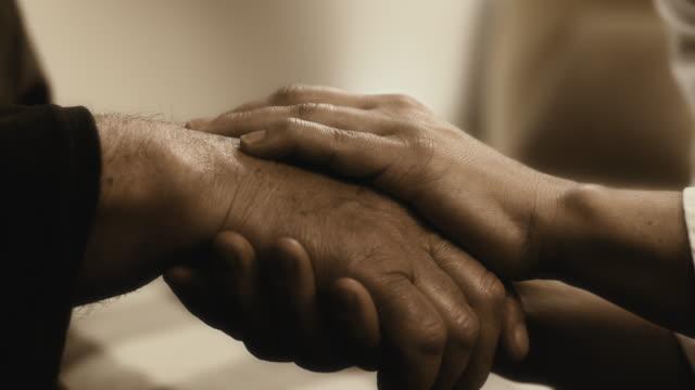 hand hält ein älterer Mann