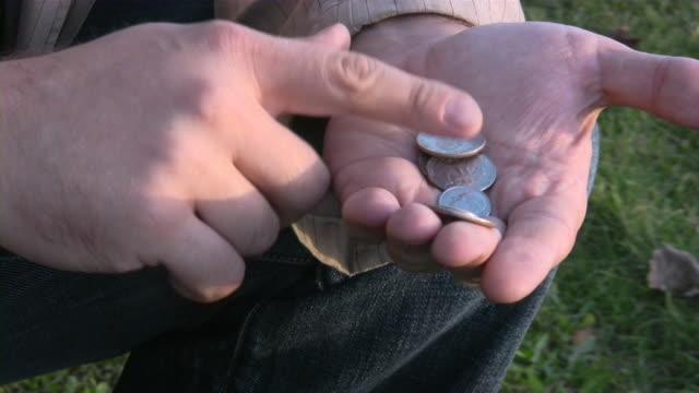 Holding, Conteggio, giocando con le monete. Mani umane.