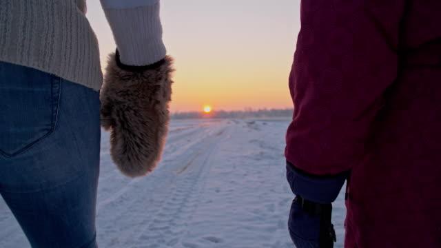 Slow motion tenendo le mani mentre si cammina nella neve