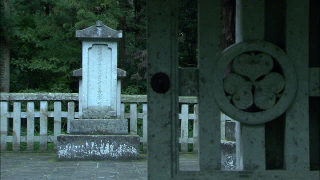 A hollyhock crest marks the gate to the Daianzenji Temple complex and Hideyasu Yuki's tomb.