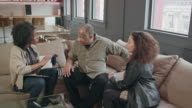 Huis zorgverlener bezoekt Senior paar