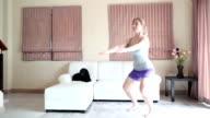 Home Training: Natürlich schaut Frau Ausübung Wohnzimmer Squats