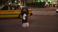 Obdachloser steht in der Mitte kreuzen