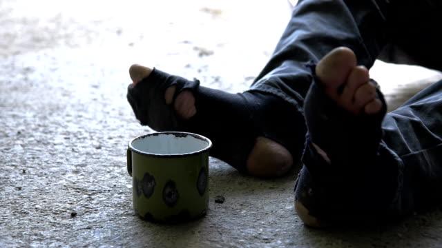 HD DOLLY: Obdachlos Person mit Zerrissen Socken