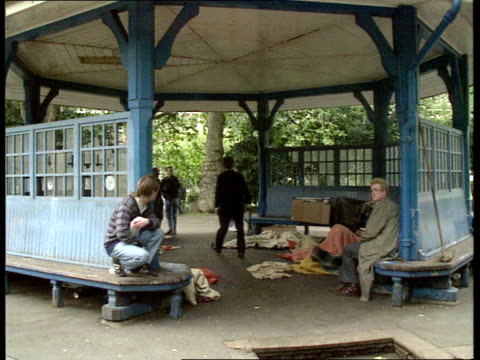 Government projects/Prefabs ENGLAND London Lincolns Inn SEQ Homeless men in band stand sleeping rough PAN RL MS Men bedding down in shelter