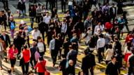 Hong Kong, China – Nov 14,2014:  Der Fußgänger Überqueren Sie die Straße in der Innenstadt von Hongkong, China