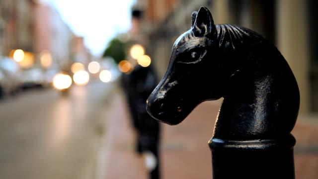 Pferdekopf Statuen entlang der Innenstadt von New Orleans Street