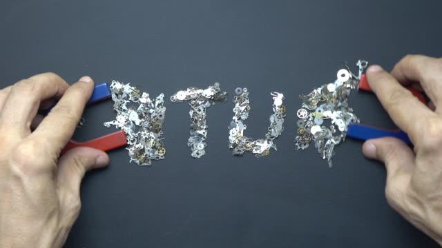 Hoefijzer magneet In menselijke Hand schrijven tekst toekomst met metalen Clockworks op Blackboard