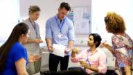Krankenhaus Personal Patienten diskutieren Datensätze