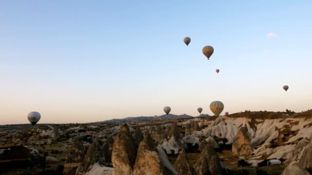 Heißluftballons fliegen über Göreme in Cappadocia