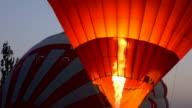 Heißluftballons sind für Flug über Göreme in Cappadocia vorbereiten.