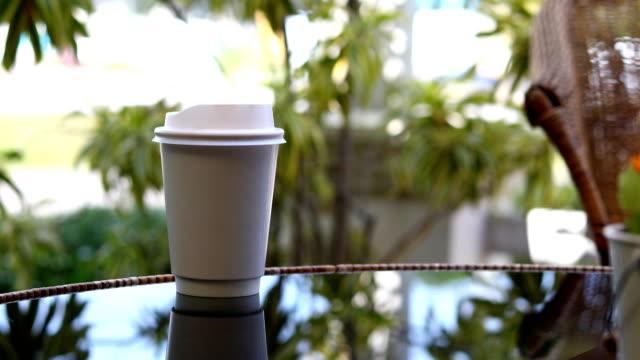 Heißen Kaffee trinken