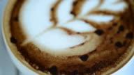 Hete koffie, laat kunst en op oude houten achtergrond
