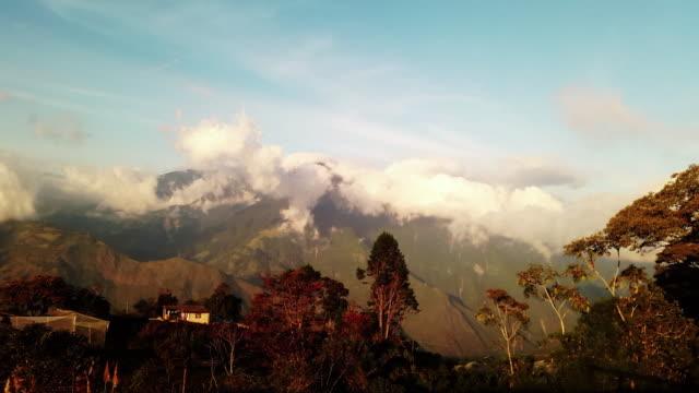 Casa en las montañas lapso de tiempo Ecuador en baños