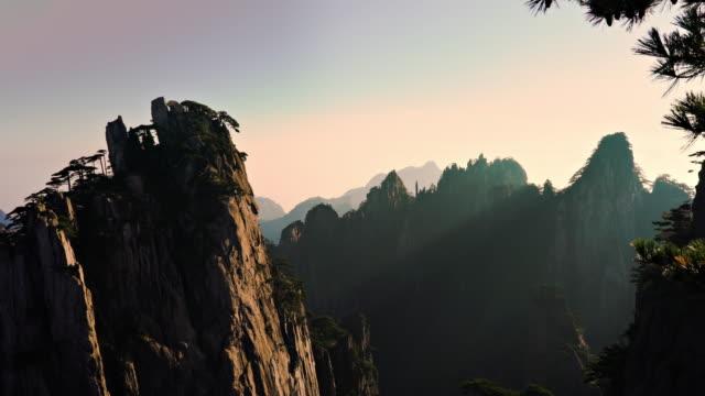 Huangshan gula bergen i Kina panorera till höger vid soluppgången