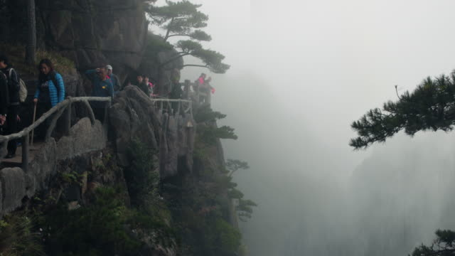 Huangshan-gula bergen i Kina människor gå på mountain top sökvägen