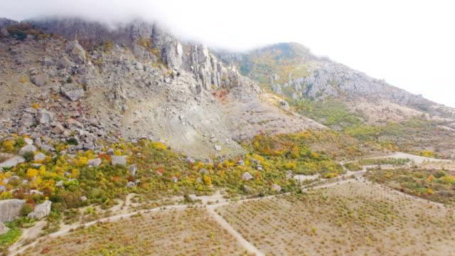 Antenne: Riesige Felsbrocken nach dem Erdbeben in fernen Vergangenheit