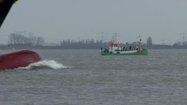 Große Frachtschiff crossing ein Fischerboot