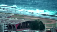 Grandi onde che si infrangono in