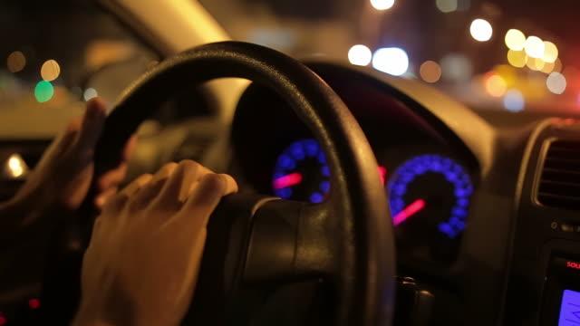 Mänskliga händer av en nervös man tutar hornet i trafiken.
