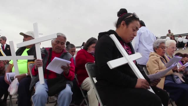 Hundreds of people gather in the Rio Grande border between Mexico and the United States to participate in a mass offered in honor of undocumented...