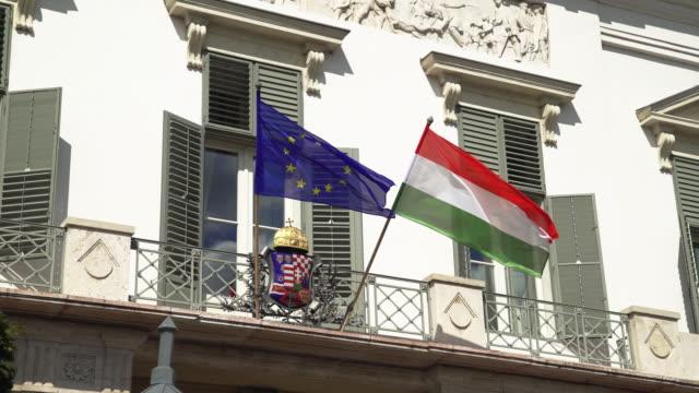 Ungarische und Europäische Flaggen wehten auf Sándor In Budapest