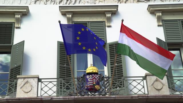 Ungarische und Europäische Flaggen wehten im Sándor Palast In Budapest