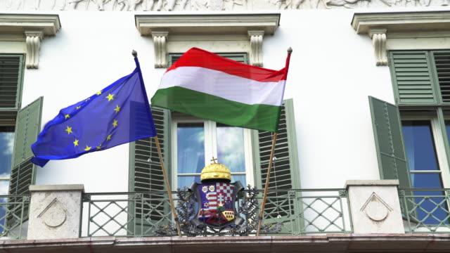 Ungarisch und EU-Flagge winken Sándor in Budapest