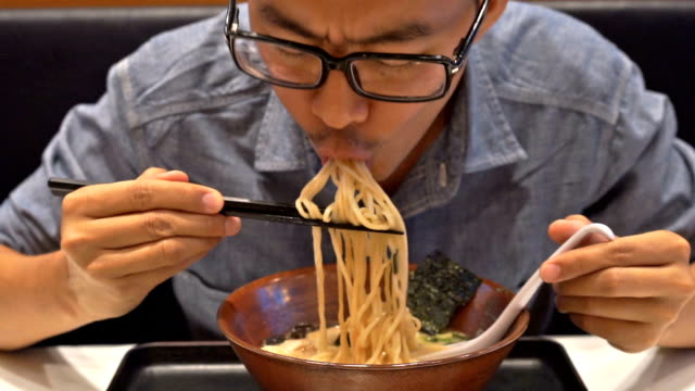 Hungry Man eten Ramen, Japanse noedels
