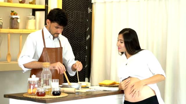 man en zwangere vrouwen met grote buik koken thuis