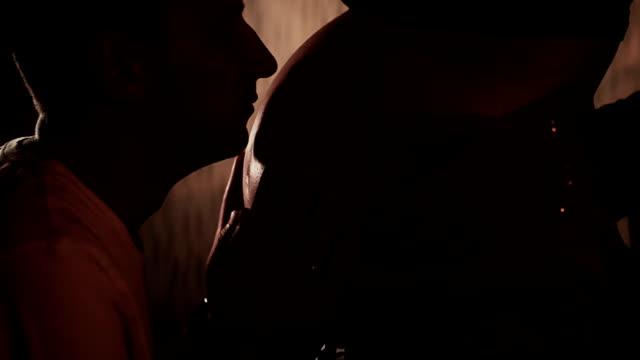 Echtgenoot van de vrouw buik te zoenen