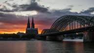 Hyperlapse der Kölner Skyline bei Sonnenuntergang - 4K Stadtansichten, Landschaften & Gründer