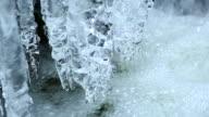Icicles hängen über Pure Creek PAN & Schrägansicht
