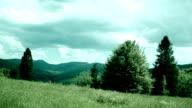 Idyllische Landschaft. Grüne Hügel mit Bäumen
