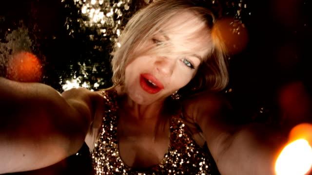 Bild-Sequenz Party-Girl Selfie im Nachtclub zu tun