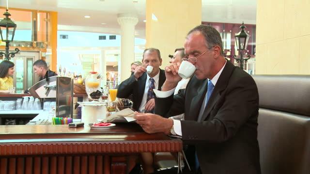 DOLLY HD: In einem Café