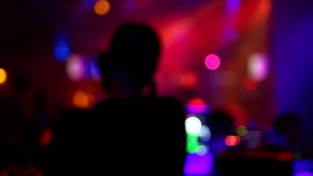 DJ in discoteca Vista posteriore (sfocato)