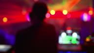 HD DJ in discoteca Vista posteriore (sfocato)