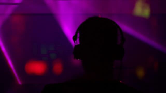 HD DJ in discoteca vista posteriore