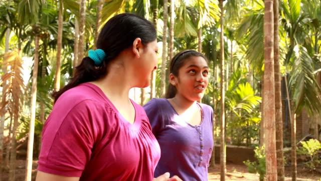 Indische Mutter und Tochter reden