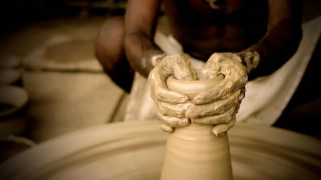 """Indian """"potter's"""" vorbei und erfahrene hand Formen pot auf manuelle Töpferscheibe"""