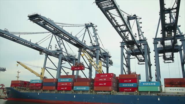 Industrial Hafen mit Containern Schiff im Hafen