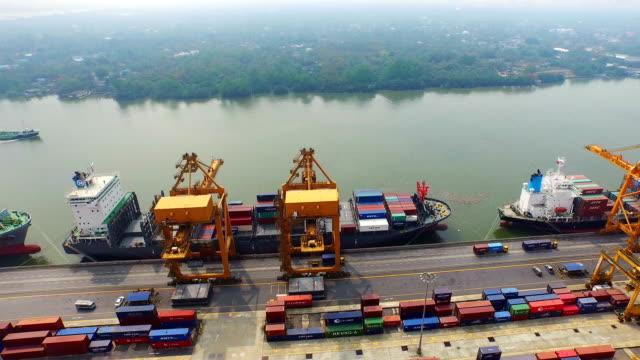 Industrial Hafen mit Containern Schiff, Luftaufnahme