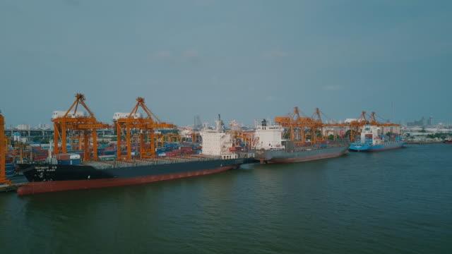 Industriële haven met containers schip, luchtfoto