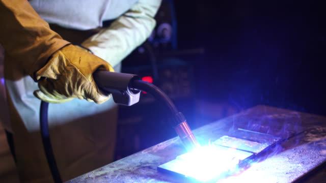 Industriearbeiter Teile zusammenschweißen