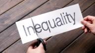 Ungleichheit die Gleichstellung von Papier auf Holz plank-Muster