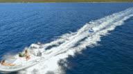 Luchtfoto opblaasbare buis rit op zee in de zon