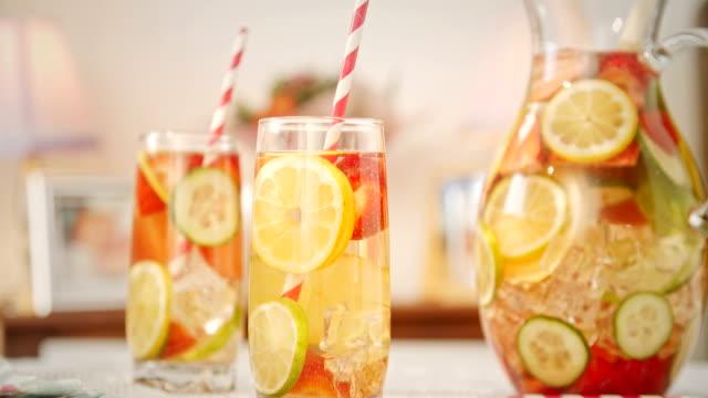 Infunderas vatten med färska jordgubbar, Lime, citron och basilika