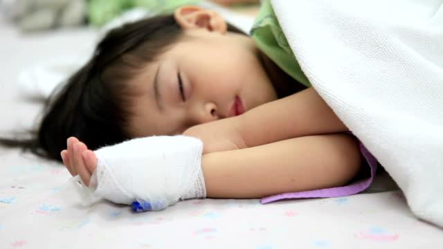 Verletzte kleine Junge schlafen im Bett