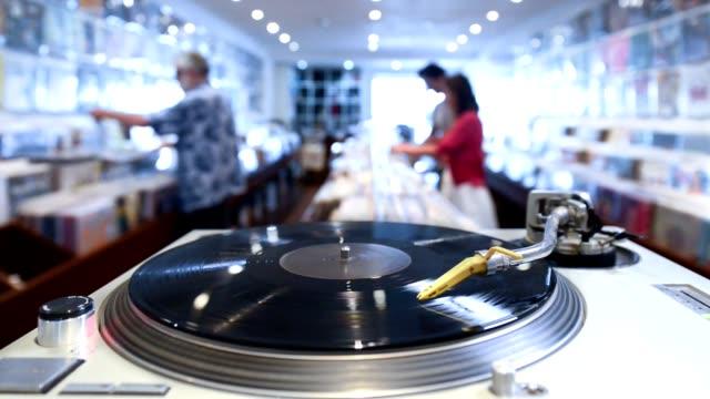 In einem Musikladen mit Kunden
